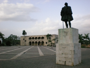 """""""Estatua a Frey Nicolás de Ovando (1451-1511). Gobernador y administrador colonial de La Española, fundador de Santo Domingo""""."""