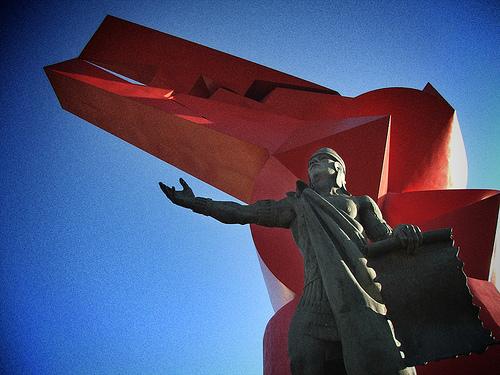 """Escultura de Nezahualcóyotl por Humberto Pe y """"Cabeza de Coyote"""" de Sebastián al fondo en Ciudad Neza"""